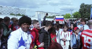 Ventilators vóór de voetbalwedstrijd stock video