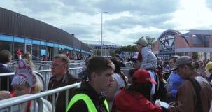 Ventilators vóór de voetbalwedstrijd stock footage