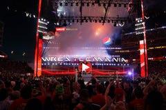 Ventilatorstoejuiching en verslagactie betreffende telefoons bij het sluiten van Wrestlemania stock afbeeldingen