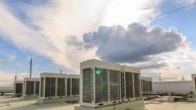 Ventilconvettore con il cielo e la nuvola archivi video