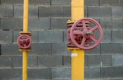 Ventile auf Rohren stockfotografie