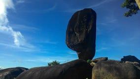 Ventile bueatiful grande preto amezing despercebido de pedra de Ásia do suratthani de Tailândia do céu azul da natureza Foto de Stock