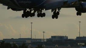 Ventile el cargo Boeing 747 del puente que aterriza en la puesta del sol almacen de metraje de vídeo