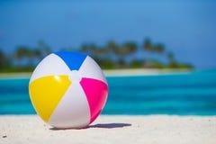 Ventile la bola en la playa blanca con el mar de la turquesa y Imagen de archivo