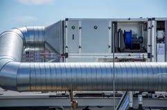 Ventile la manipulación de la unidad para el sistema de ventilación central en el tejado de la alameda Foto de archivo