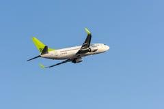 Ventile las líneas aéreas bálticas Boeing 737 Riga que se va aeropuerto internacional Foto de archivo