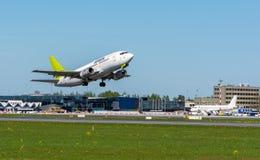 Ventile las líneas aéreas bálticas Boeing 737 Riga que se va aeropuerto internacional Imagen de archivo libre de regalías