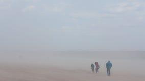 Ventile por completo de la arena en un día ventoso en la playa de la isla de conejo - Broo imagenes de archivo