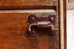 Ventilen för porten för väggen för tegelsten för det gamla för dörrlåset för tappning wood låset låser den rostiga bruna förfalsk arkivfoton