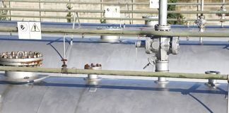 ventiler över metallcylindrar för gaslagring i raffinaderiet Royaltyfri Bild