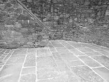 Ventilerade gamla åldriga grå färger för tegelstenborggårdsten Royaltyfri Bild