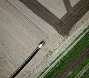 Ventili la vista di aratura del trattore rosso sul campo Immagine Stock Libera da Diritti