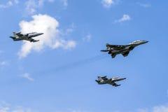 Ventili una formazione di un fulcro Mig-29 ed Alca due L-159 Fotografia Stock