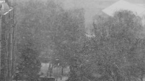 Ventisca de la nieve en la ciudad almacen de metraje de vídeo