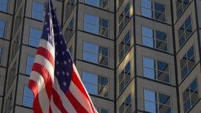 Vento americano del centro della bandiera nazionale di giorno soleggiato di Miami che ondeggia 4k Florida S.U.A. archivi video