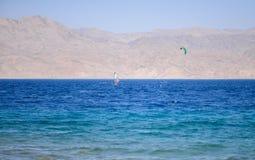 Vento che pratica il surfing nel Mar Rosso fotografia stock libera da diritti