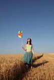 vento del frumento della turbina della ragazza del campo Fotografie Stock