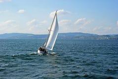 Vento della barca di navigazione su un lago Immagine Stock Libera da Diritti