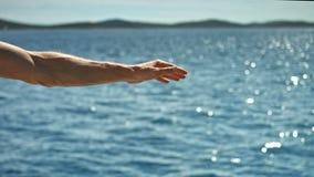 Vento di cattura dell'uomo su una barca a vela video d archivio