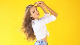 Vento do estilo country da menina no cabelo vídeos de arquivo