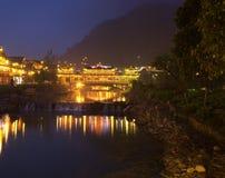 Vento e chuva antigos da ponte no sudoeste China, vila de Xijiang imagem de stock
