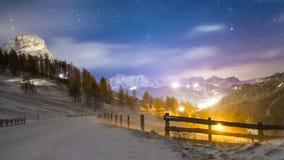 Vento e freddo su una strada in una sera di inverno nel dolom italiano Fotografie Stock Libere da Diritti