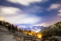 Vento e freddo su una strada in una sera di inverno nel dolom italiano Immagini Stock Libere da Diritti
