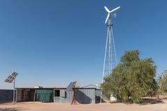 Vento ed installazione di energia solare sull'azienda agricola nella Kalahari Immagine Stock Libera da Diritti