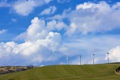 Vento-exploração agrícola e cloudscape distantes Imagens de Stock