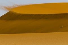 Vento sulla cresta della a della duna rossa nel deserto di Namib, Sossusvl Fotografie Stock