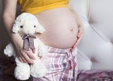Ventre d'une femme enceinte Image libre de droits