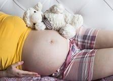 Ventre d'une femme enceinte Photographie stock