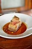 Ventre de porc avec des conserves au vinaigre de pêche Image stock