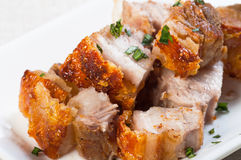 Ventre de porc cuit à la friteuse avec de la sauce à foie Photos stock