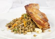 Ventre de porc cuit au four avec la lentille Images libres de droits
