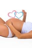 Ventre en gros plan de femme enceinte Genre : garçon, fille ou jumeaux ? Photos stock