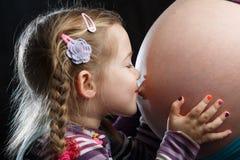 Ventre enceinte de baiser de fille Photos libres de droits