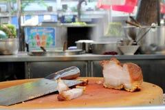 Ventre oriental de rôti de porc sur le hachoir en bois Images stock