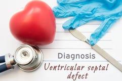 Ventricular septal defekt för diagnos Figurera hjärta, stetoskopet, kirurgisk skalpell, och handskar är nära Ventricular septal d Arkivfoton