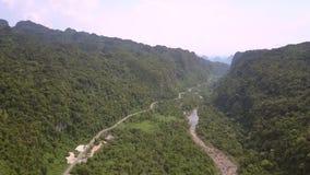 Vents étroits de ruisselet de montagne à travers stupéfier la vallée verte clips vidéos