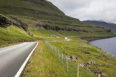 Vents d'une route sous les montagnes et au-dessus des fjords Photo stock