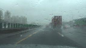 Vents et pluie d'ouragan de danger, conduisant avec l'ouragan POV 4K banque de vidéos