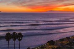 Ventura Καλιφόρνια σύνολα κυματωγών ηλιοβασιλέματος Στοκ Εικόνα
