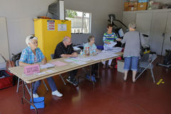 Ventura County Kalifornien medborgare vänder ut för att rösta Fotografering för Bildbyråer