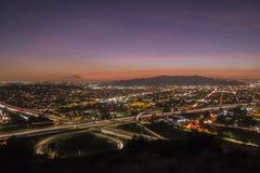 Ventura Freeway en la puesta del sol de Los Ángeles de la autopista sin peaje de Glendale fotografía de archivo libre de regalías