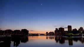 Venus en Maan over Vancouver Stock Afbeelding