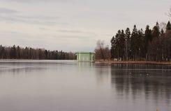 Venus Pavilion sur le lac blanc en parc de Gatchina, Gatchina Photographie stock