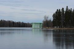 Venus Pavilion sur le lac blanc en parc de Gatchina, Gatchina Image libre de droits