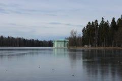 Venus Pavilion sur le lac blanc en parc de Gatchina, Gatchina Photos stock