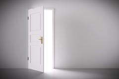 Venuta leggera dalla metà della porta bianca classica aperta Fotografia Stock